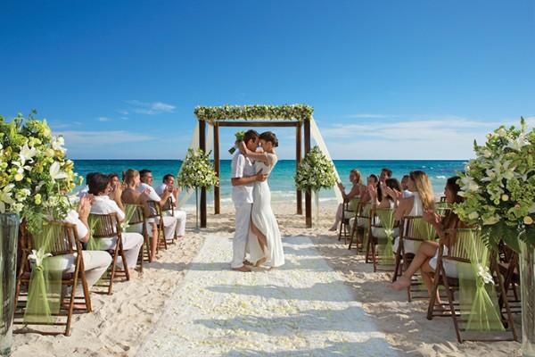 dretu-wed-beach-people2-1B4507EDA-3AD9-6789-49DD-EB2928AF034B.jpg